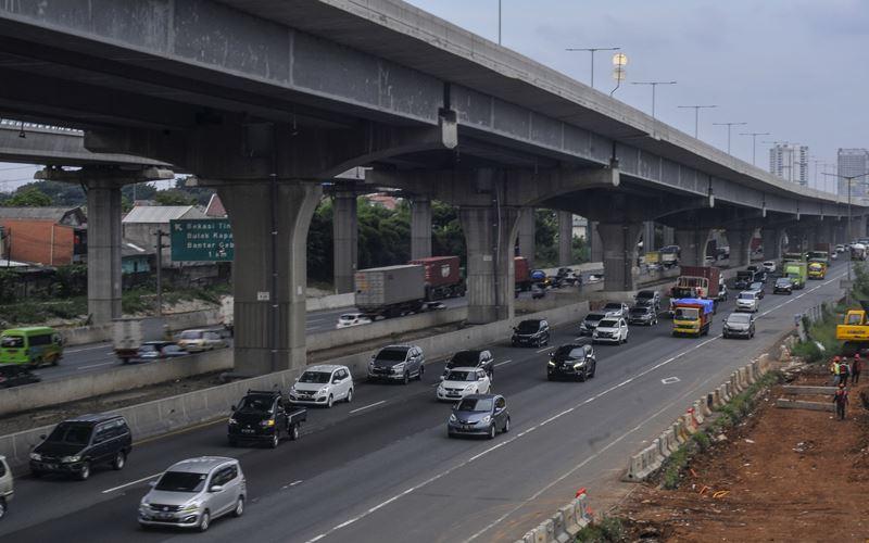 Sejumlah kendaraan melintasi ruas jalan Tol Jakarta-Cikampek, Bekasi, Jawa Barat, Senin (11/5/2020). ANTARA FOTO  -  Fakhri Hermansyah