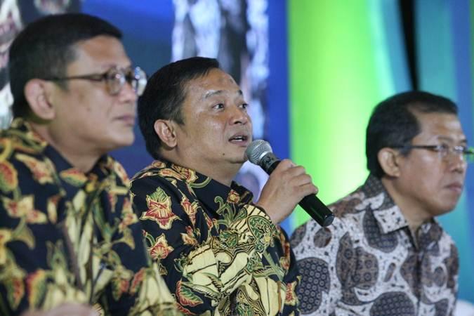 Direktur  Utama  PT Permodalan Nasional Madani Arief Mulyadi (tengah) didampingi direksi lainnya memberikan penjelasan mengenai kinerja perusahaan dalam rangka penawaran umum Obligasi Berkelanutan III PNM sebesar Rp6 triliun di Jakarta, Senin (29/4/2019). - Bisnis/Dedi Gunawan