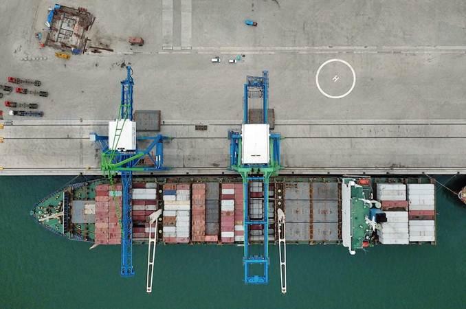 Kapal kargo bersandar di dermaga Pelabuhan Makassar New Port (MNP), Makassar, Sulawesi Selatan, Senin (25/3/2019). - Bisnis/Paulus Tandi Bone