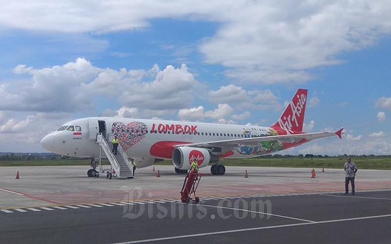 Ilustrasi pesawat AirAsia Indonesia yang sedang parkir di sebuah bandara. - Bisnis/Eka Chandra Septarini