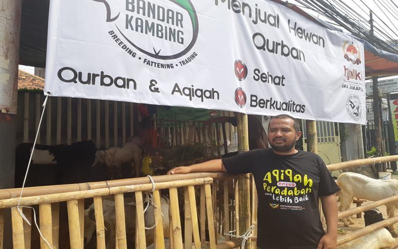 Salim Hamdun (38) pemilik lapak Bandar Kambing menjual kambing di pinggir Jalan Tanah Abang untuk Kurban Iduladha. JIBI - Bisnis/Nyoman Ari Wahyudi