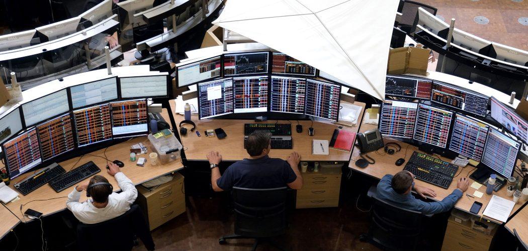 Pialang sektor keuangan memantau data perdagangan di Kantor Amsterdam Stock Exchange. Yuriko Nakao - Bloomberg
