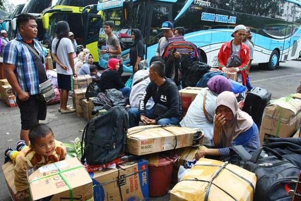 Sejumlah pemudik terlihat mulai memadati terminal bus antar kota antar provinsi Poris Plawad, Tangerang, Banten, Jumat (8/6/2018). - ANTARA/Muhammad Iqbal
