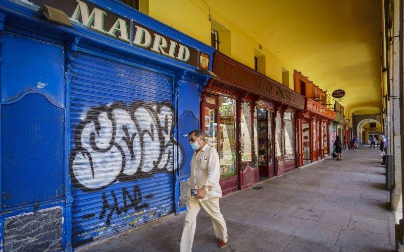 Seorang pejalan kaki melintas di pedestrian kawasan bisnis di Madrid, Spanyol. Dari deretan negara kawasan Eropa yang mengalami resesi, Spanyol mencatat penurunan ekonomi paling dalam di kuartal II/2020, yaitu minus 18,5 persen. - Bloomberg