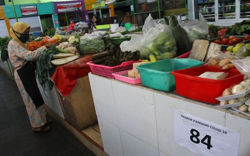Pedagang menata sayuran saat Masa Transisi Normal Baru di pasar yang menerapkan sistem ganjil genap sebagai upaya mencegah penyebaran COVID-19 di Pasar Oro-oro Dowo, Malang, Jawa Timur, Selasa (9/6/2020). - Antara/Ari Bowo Sucipto