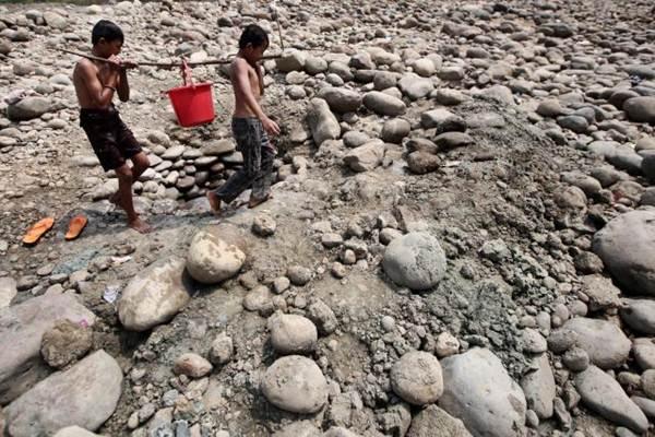 Warga memanfaatkan sisa air untuk keperluan sehari-hari. - JIBI/Nurul Hidayat