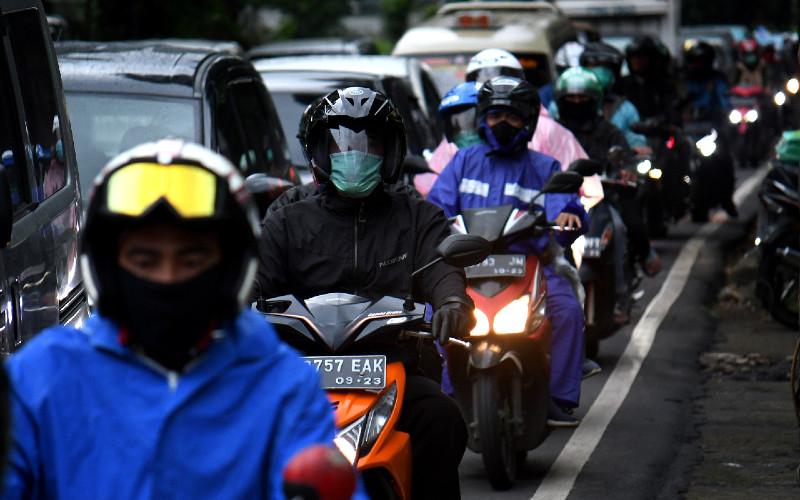 Pengendara kendaraan pribadi saat jam pulang kerja memadati jalanan di Jakarta, Rabu (6 - 5). Sebanyak 899 perusahaan di DKI Jakarta masih melanggar aturan selama masa Pembatasan Sosial Berskala Besar (PSBB). Dari jumlah tersebut, sebanyak 153 perusahaan yang melanggar dihentikan sementara operasionalnya. BISNIS.COM