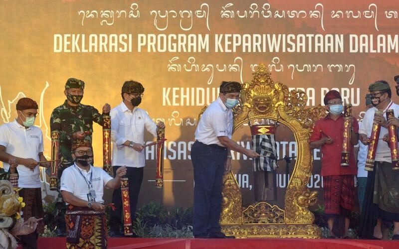 Menteri Koordinator Bidang Kemaritiman dan Investasi Luhut Binsar Panjaitan (ketiga kanan), Menteri Pariwisata dan Ekonomi Kreatif Wishnutama Kusubandio (tengah), Gubernur Bali Wayan Koster (kedua kanan), Wagub Bali Tjokorda Oka Artha Ardana Sukawati (kanan), Pangdam IX/Udayana melakukan Deklarasi Program Kepariwisataan dalam Tatanan Kehidupan Bali Era Baru di Nusa Dua, Badung, Bali, Kamis (30/7/2020). - Antara/Fikri Yusuf