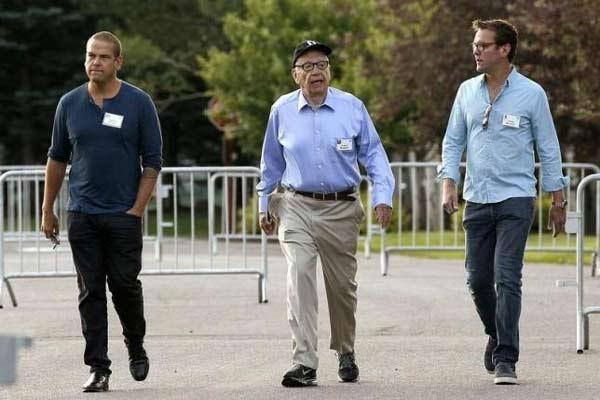 Rupert Murdoch, CEO of News Corp. and 21st Century Fox, diapit anaknya Lachlan (kiri) dan James (kanan). - Reuters