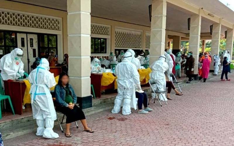 Ratusan ibu hamil dengan usia kehamilan 37 minggu mengikuti swab test atau tes usap Covid-19 gratis yang digelar oleh Pemerintah Kota Surabaya di Gelora Pancasila, Kota Surabaya, Selasa (21/7/2020). - antara