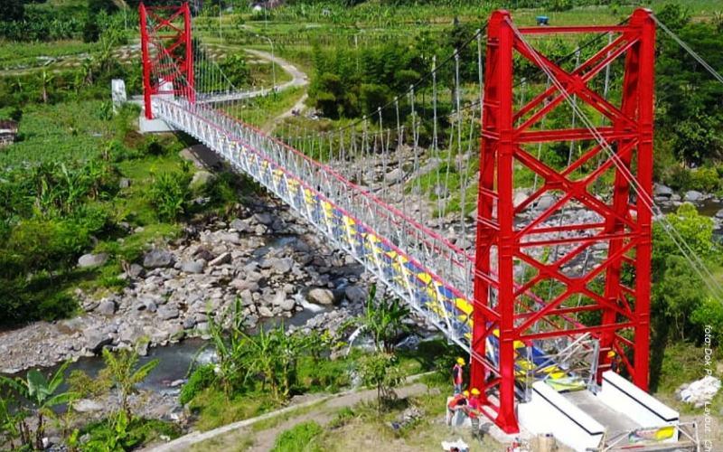 Jembatan gantung Kaligaleh pascapengecatan ulang melalui program padat karya tunai. - Kementerian PUPR
