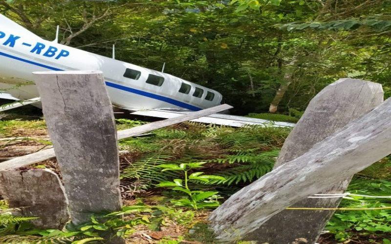 Pesawat milik Tariku Aviation yabg membawa paket bansos mengalami kecelakaan di Distrik Siriwo, Kab. Paniai, Jumat (31/7/2020). - ANTARA/HO/Humas Polda Papua