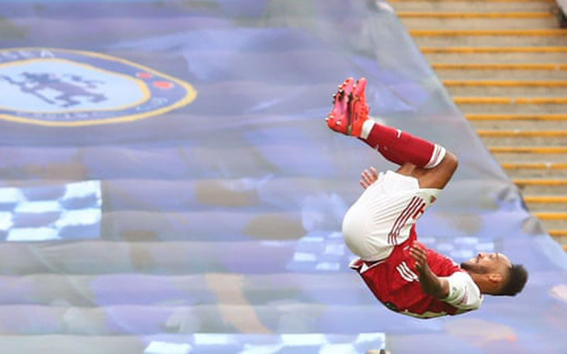 Penyerang dan kapten tim Pierre-Emerick Aubameyang selepas mencetak gol kemenangan timnya ke gawang Chelsea. - The Guardian
