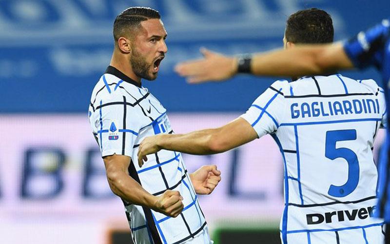 Bek Inter Milan Danilo D'Ambrosio (kiri) selepas mencetak gol pertama timnya ke gawang Atalanta ketika pertandingan baru berjalan 49 detik, disambut Roberto Gagliardini, yang memainkan pertandingan ke-100 bersama Inter di semua kompetisi. - Twitter@Inter_en
