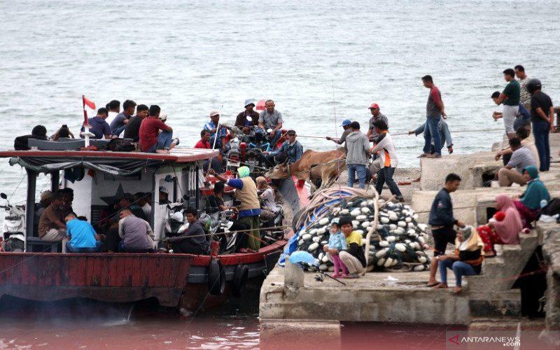 Warga menggunakan jasa transportasi kapal kayu yang telah difungsikan menjadi angkutan barang dan penumpang dari Banda Aceh tujuan Pulo (pulau) Aceh di pesisir pantai Selat Malaka, Banda Aceh, Aceh, Kamis (30/7/2020).  - Antara