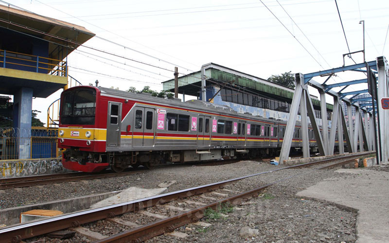 Kereta Rel Listrik melintas didekat Stasiun Tanah Abang, di Jakarta, Jumat (10/4). PT Kereta Commuter Indonesia (KCI) akan menyesuaikan operasional kereta rel listrik (KRL) Jabodetabek sejalan dengan kebijakan pembatasan sosial berskala besar (PSBB) yang sudah ditetapkan oleh pemerintah pusat.. Bisnis - Dedi Gunawan
