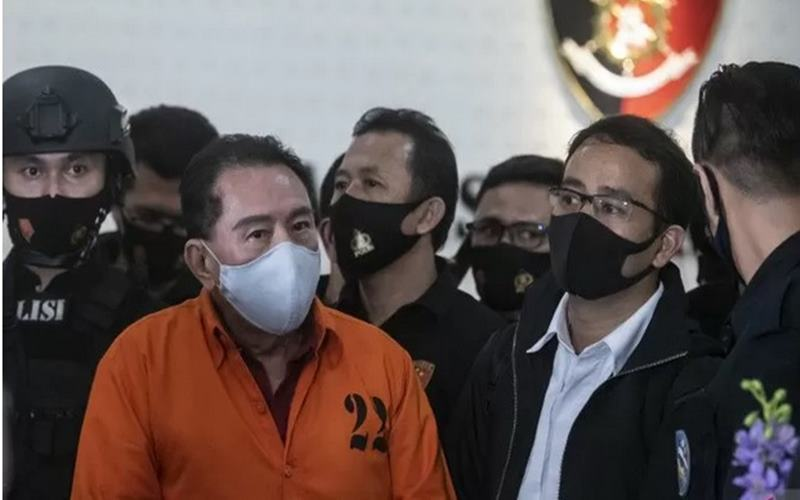 Buronan kasus korupsi pengalihan hak tagih (cessie) Bank Bali Djoko Tjandra (kedua kiri) yang ditangkap di Malaysia ditunjukkan kepada media saat konferensi pers di kantor Bareskrim Mabes Polri, Jakarta, Kamis (30/7/2020). - Antara