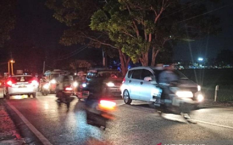 Sejumlah kendaraan antre menuju Bandung di Jalan Suherman, Kabupaten Garut, Jawa Barat, Minggu malam. - Antara