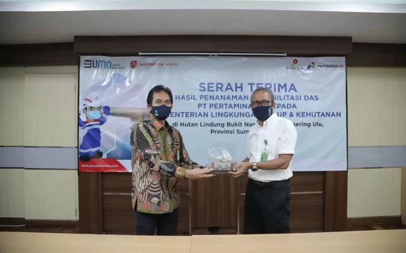 General Manager Pertamina EP (PEP) Asset 2 Astri Pujianto (kiri) dan Pelaksana Tugas (Plt) Dirjen Pengendalian DAS dan Hutan Lindung KLHK, Hudoyo saat penyerahan hasil penanaman rehabilitasi Daerah Aliran Sungai (DAS) Hutan Lindung Bukit Nanti di Kabupaten Ogan Komering Ulu, Sumatera Selatan, Kamis (30/7 - 2020). ANTARA