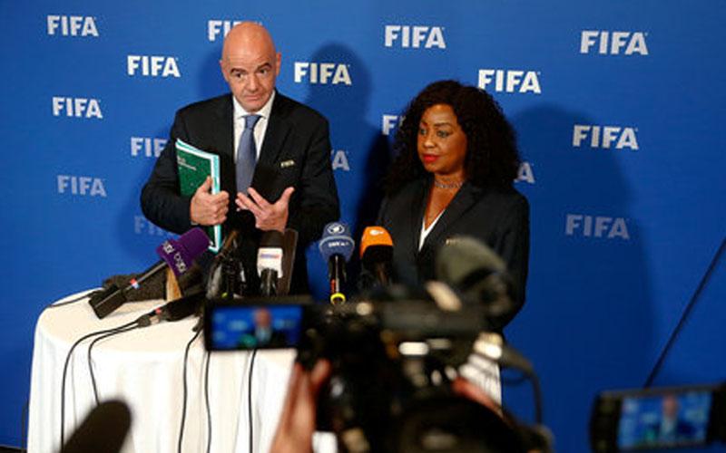 Presiden FIFA Gianni Infantino Ikiri) dan Sekjen Fatma Samoura./Reuters - Arnd Wiegmann