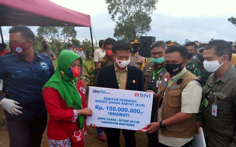 Mentan Syahrul Yasin Limpo menyerahkan bantuan KUR secara simbolis kepada petani sayur di Kabupaten Bantaeng Sulsel - Istimewa