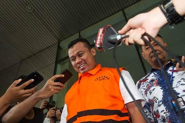 Bupati Subang Ojang Sohandi meninggalkan Gedung KPK usai memenuhi panggilan penyidik di Jakarta, Jumat (29/4/2016). - Antara/Sigid Kurniawan