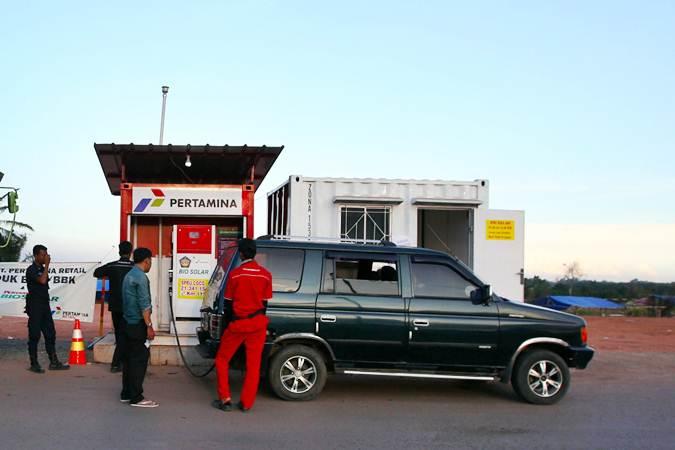 Petugas melakukan pengisian bahan bakar minyak ke kendaraan di rest rrea KM 116 jalan tol Bakauheni-Terbanggi Besar, Lampung, Sabtu (4/5/2019). - Bisnis/Abdullah Azzam