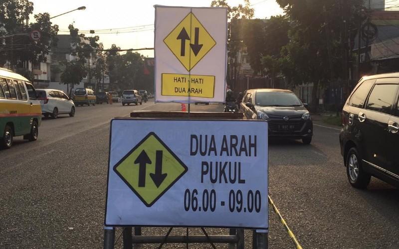 Penerapan rekayasa arus lalu lintas di proyek pembangunan fly over Jalan Jakarta, Kota Bandung pada hari pertama berjalan lancar. - Bisnis/Dea Andriyawan