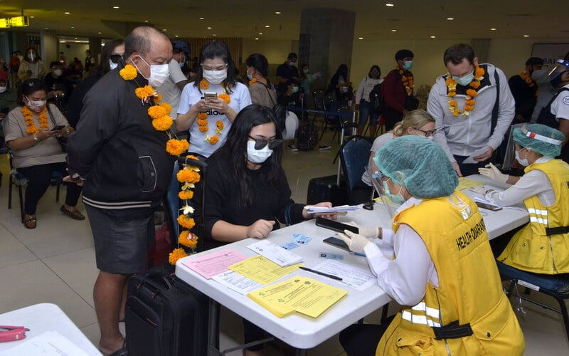 Petugas memeriksa dokumen kesehatan penumpang pesawat rute domestik yang tiba di Bandara Internasional I Gusti Ngurah Rai, Badung, Bali, Jumat (31/7/2020). Pemprov Bali mulai membuka sektor pariwisata bagi wisatawan domestik pada Jumat (31/7) dengan sejumlah persyaratan yang mengedepankan aspek kesehatan dan kualitas untuk memberi pelindungan, kenyamanan dan keamanan bagi wisatawan yang berkunjung selama masa pandemi Covid-19. - Antara/Fikri Yusuf