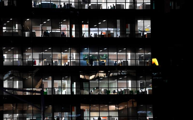 Karyawan beraktivitas di sebuah gedung perkantoran di kawasan Kuningan, Jakarta, Rabu (18/3/2020). - ANTARA FOTO - Wahyu Putro A