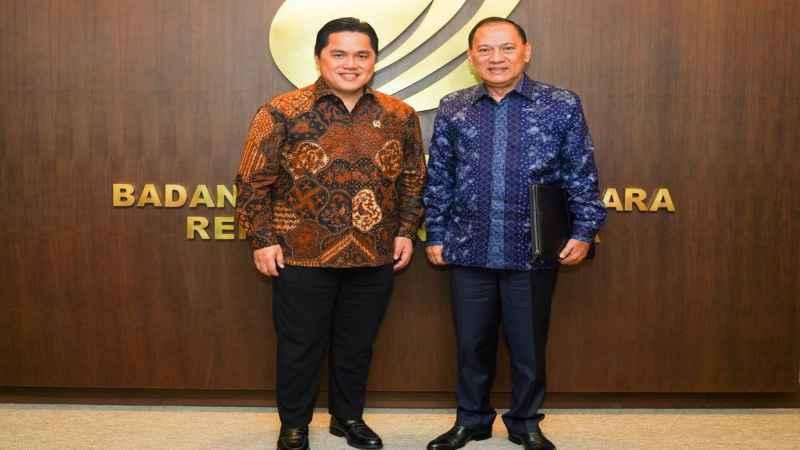 Menteri BUMN Erick Thohir (kiri) berfoto bersama Komisaris Utama PT Bank Negara Indonesia (Persero) Tbk. terpilih Agus D.W. Martowardojo (kanan), Kamis (20/2/2020). - Bisnis/istimewa
