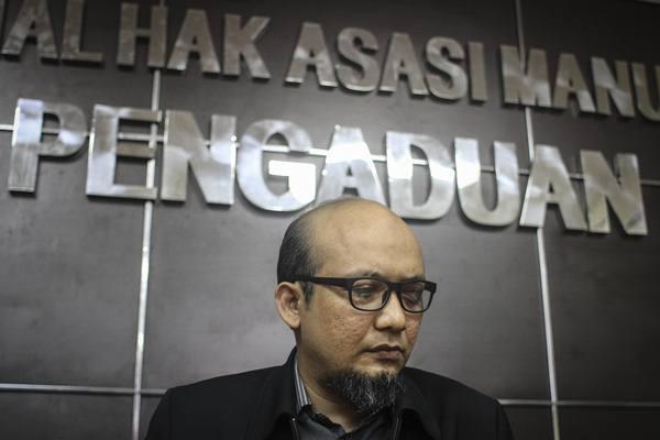 Penyidik Komisi Pemberantasan Korupsi (KPK) Novel Baswedan didampingi tim kuasa hukumnya memberi keterangan seusai menjalani pemeriksaan Tim Pemantauan Kasus Novel Baswedan di kantor Komisi Nasional Hak Asasi Manusia (Komnasham), Jakarta, Selasa (13/3). Tim kuasa hukum Novel Baswedan mendesak Presiden untuk tetap membentuk Tim Gabungan Pencari Fakta (TPGF) guna mengusut penyerangan terhadap Novel Baswedan. - Antara