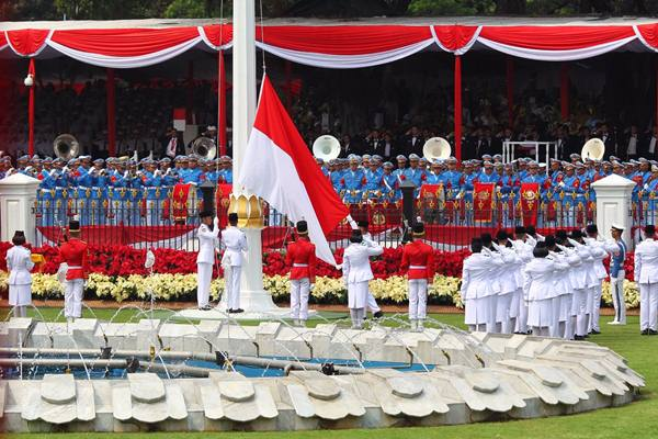 Tim Pasukan Pengibar Bendera Pusaka mengibarkan duplikat Sang Saka Merah Putih kepada  Tarrisa Maharani Dewi,pada upacara Hari Ulang Tahun Kemerdekaan ke-73 Republik Indonesia di Istana Kepresidenan, Jakarta, Jumat (17/8). Upacara tersebut mengambil tema Kerja Kita Prestasi Bangsa.-JIBI/Bisnis - Dwi Prasetya