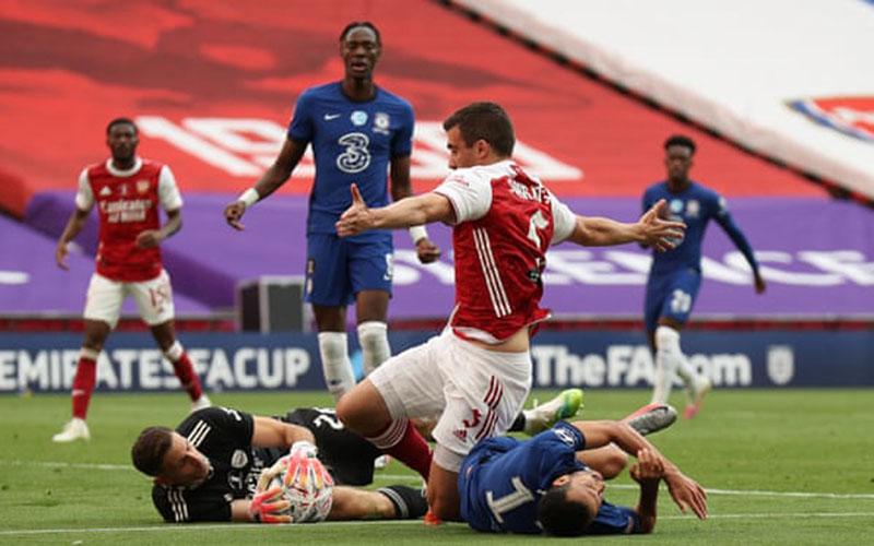 Penyerang Chelsea Pedro Rodriguez (kanan bawah) ketika mendapat cedera saat timnya kalah dari Arsenal di final FA Cup. - The Guardian
