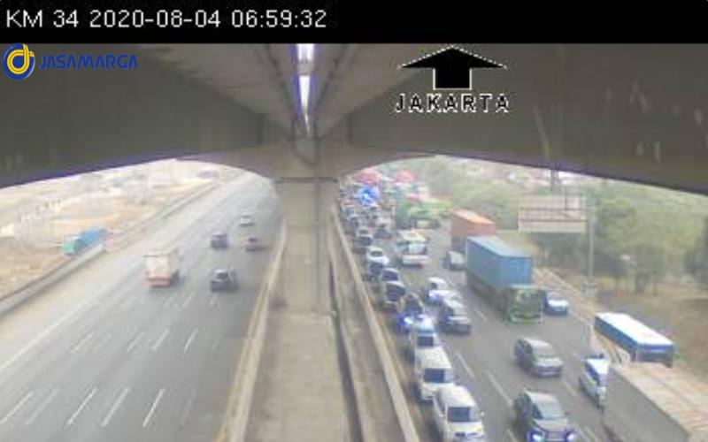 Tol Jakarta/Cikampek arah Cikampek tersendat Selasa pagi 4 Agustus 2020 sejak kilometer 34 imbas dari kecelakaan truk terbalik di kilometer 36. Foto: CCTV PT Jasa Marga