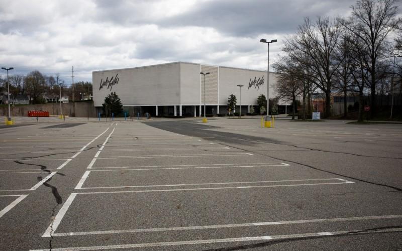 Lapangan parkir Lord & Taylor di Paramus, New Jersey, yang kosong - Bloomberg