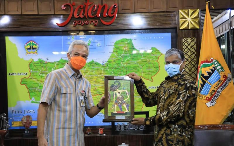 Gubernur Jateng Ganjar Pranowo (kiri) menerima kunjungan kehormatan Dubes India untuk Indonesia Pradeep Kumar Rawat dalam rangka Investasi India di Jateng dan potensi kerja sama untuk obat dan vaksin Covid/19 di Ruang Kerja Gubernur pada Selasa 4 Agustus 2020. Foto: Istimewa