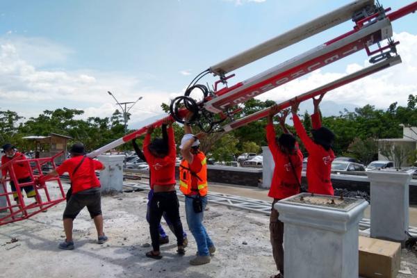 Tim Terra dari Telkomsel melakukan perbaikan pada salah satu base transceiver station (BTS) yang terdampak gempa di Sulawesi Tengah - Telkomsel
