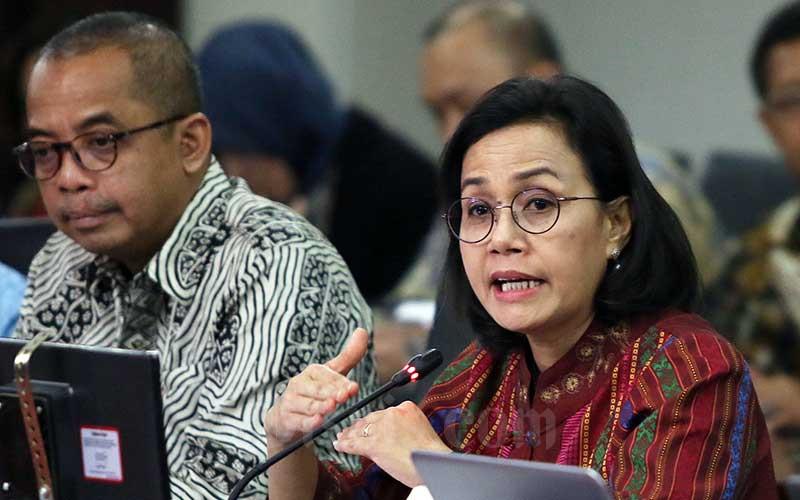 Menteri Keuangan Sri Mulyani (kanan) bersama dengan Direktur Jenderal Pajak (DJP) Suryo Utomo (kiri) menjawab pertanyaan wartawan usai melakukan pelaporan Surat Pemberitahuan (SPT) Tahunan di Kantor DJP, Jakarta, Selasa (10/3/2020). Bisnis - Eusebio Chrysnamurti