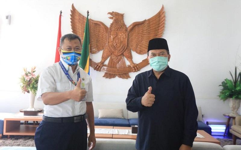 General Manager PT Angkasa Pura II (Persero) Kantor Cabang Bandara Husein Sastranegara, R. Iwan Winaya Mahdar bertemu Wali Kota Bandung, Oded M. Danial di Pendopo Kota Bandung. - Bisnis/Dea Andriyawan