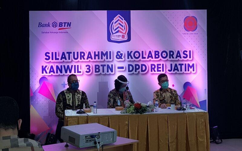 Kepala BTN Wilayah Jatim, Bali, Nusra, Nuryanti (tengah) dan Ketua REI Jatim, Soesilo Efendy (kanan)  saat menggelar silaturahmi dan kolaborasi Kanwil 3 BTN - DPD REI Jatim di Surabaya, Selasa (4/8/2020). - Bisnis/Peni Widarti
