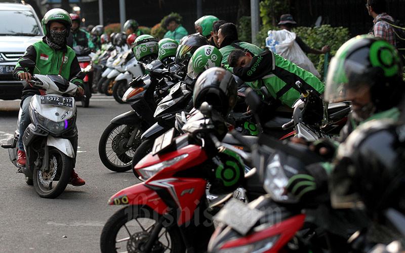 Pengemudi ojek online menunggu penumpang di Jakarta, Senin (30/1/2020). Bisnis - Arief Hermawan