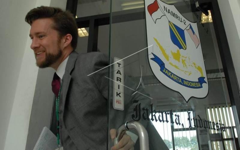 Arsip-Seorang pria berjalan di samping logo Namru-2 di laboratorium milik Kedubes AS tersebut di Jakarta, Rabu (18/6/2008). Sejak 16 Oktober 2009, Namru-2 tidak lagi beroperasi di Indonesia.  - Antara/Andika Wahyu