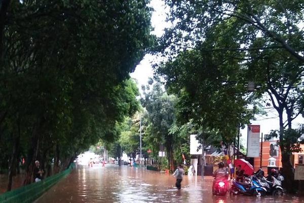 Hujan deras pada Senin (11/12/2017) menyebabkan sejumlah ruas jalan di Jakarta banjir. - Twitter Polda Metro Jaya