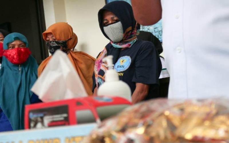 Tiga pelaku yang terlibat kasus penyelundupan sabu-sabu dalam permen wafer cokelat dari Batam dihadirkan dalam konferensi pers di Kantor BNNP NTB, Selasa (4/8/2020). - Antara/Dhimas B.P