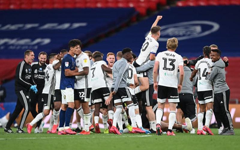 Skuad Fulham bersukacita selepas menundukkan Brentford untuk promosi ke Liga Primer Inggris. - The Guardian