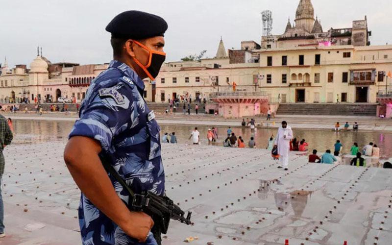 Seorang petugas berjaga di situs Ayodhya, di area eks masjid yang dihancurkan massa pada 1992. Di lokasi itu akan dibangun kuil Hindu dan peletakan fondasinya dimulai pada Rabu (5/8/2020). - France24