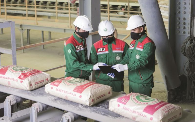 Pegawai PT Semen Baturaja (Persero) Tbk memanfaatkan sistem teknologi informasi untuk memantau penjualan dan distribusi produk perseroan. istimewa