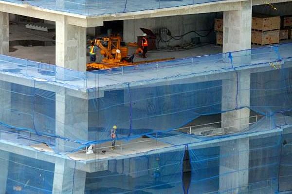 Ilustrasi: Pekerja menyelesaikan pembangunan proyek apartemen di Jakarta, Senin (27/3). - JIBI/Dedi Gunawan