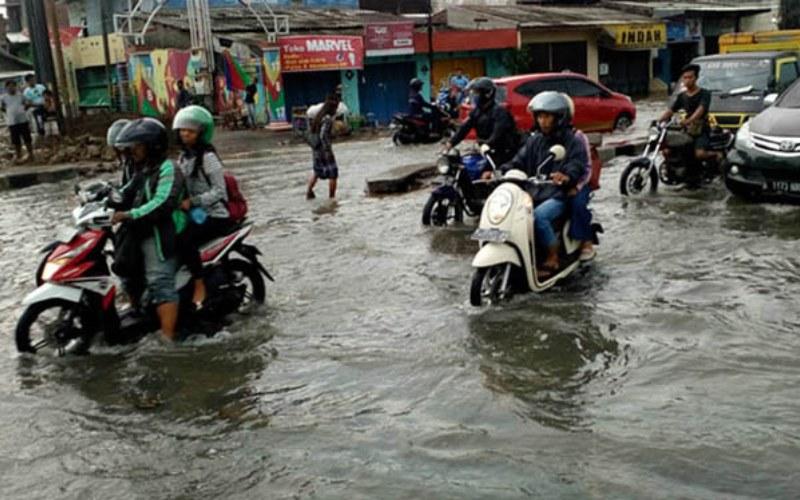 Banjir rob di Kaligawe Semarang, Jawa Tengah, pada Rabu (23/5/2018). Banjir rob diosebabkan oleh penurunan muka tanah - Bisnis.com/Alif Nazzala Rizqi